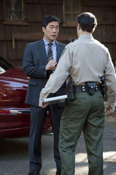 Bei den Ermittlungen in einem neuen Mordfall: Kimball (Tim Kang, l.) ... - Bildquelle: Warner Bros. Television