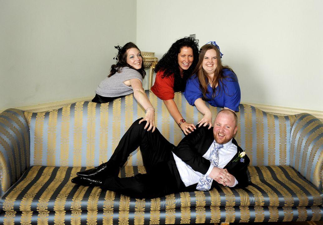 Emma (hinten M.), Jamie (hinten r.), Adam (vorne M.) und Krysia (hinten l.) treten an im Wettkampf um das schönste Hochzeitsfest ... - Bildquelle: ITV Studios Limited 2009