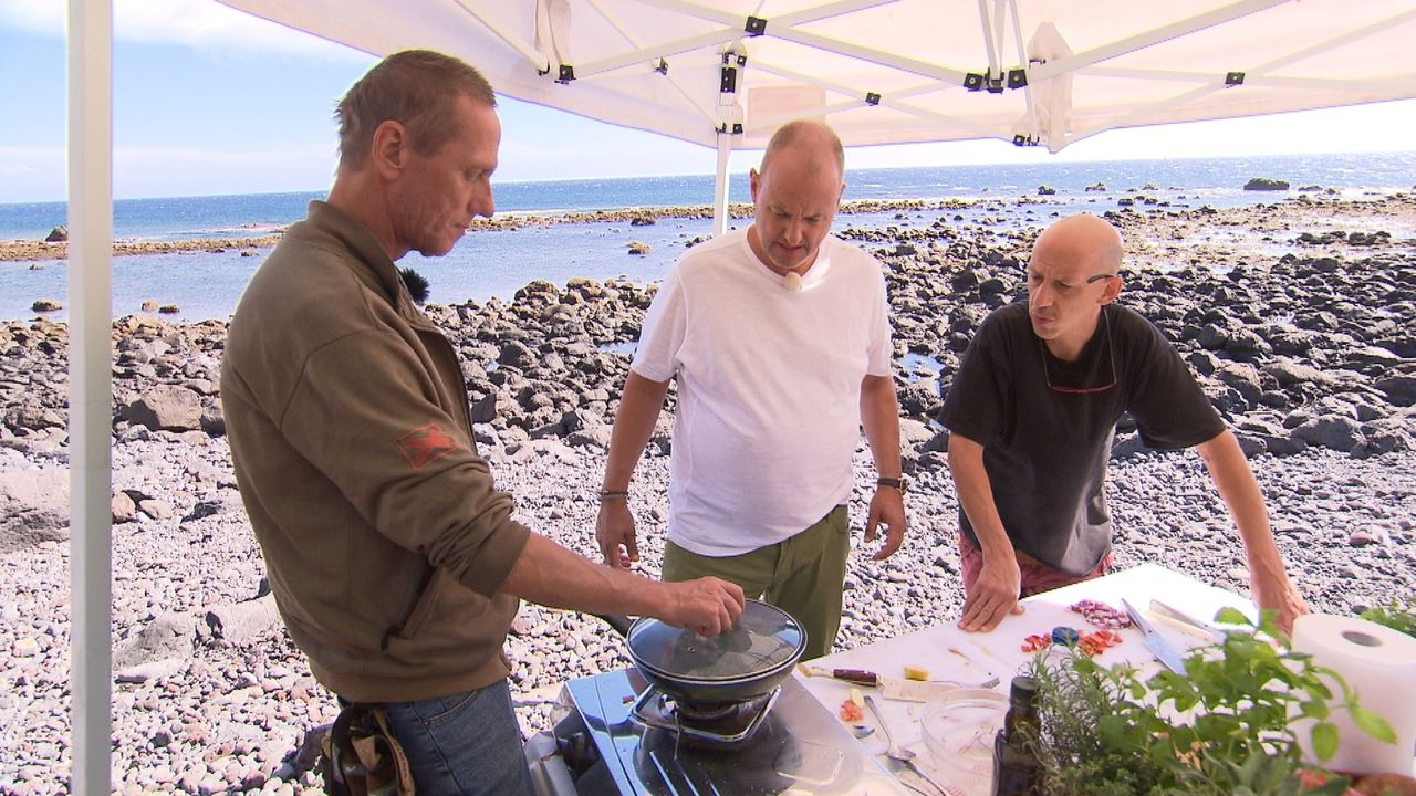 Die Zusammenarbeit mit den beiden Köchen Sven (r.) und Olaf (l.) bringt Frank Rosin (M.) an seine Grenzen. Wird er dem Restaurant diesmal überhaupt... - Bildquelle: kabel eins