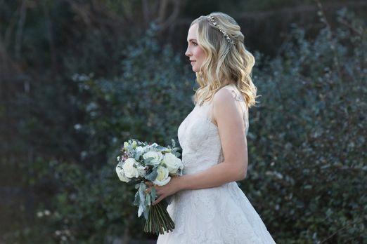 In kürzester Zeit muss Caroline (Candice King) ihre Traumhochzeit planen, um...