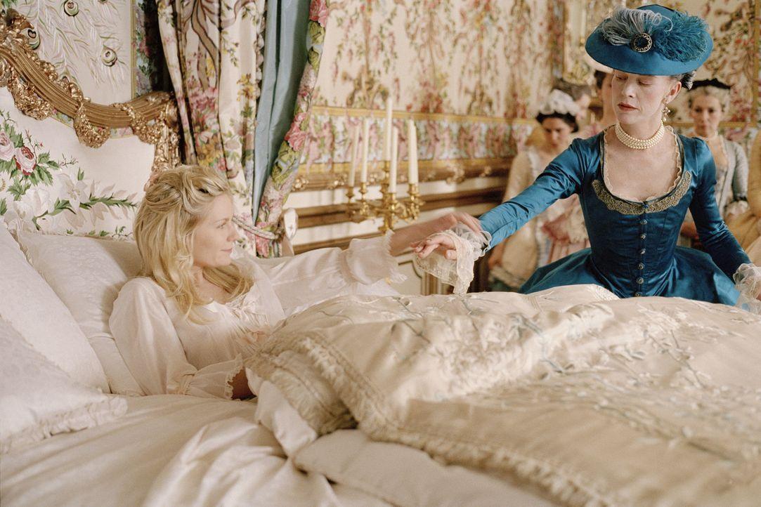 Nach ihrer ersten Nacht am französischen Hof macht die Comtesse de Noailles (Judy Davis, r.) Marie-Antoinette (Kirsten Dunst, l.) mit der Vorgehens... - Bildquelle: 2006 I Want Candy, LLC. All Rights Reserved.