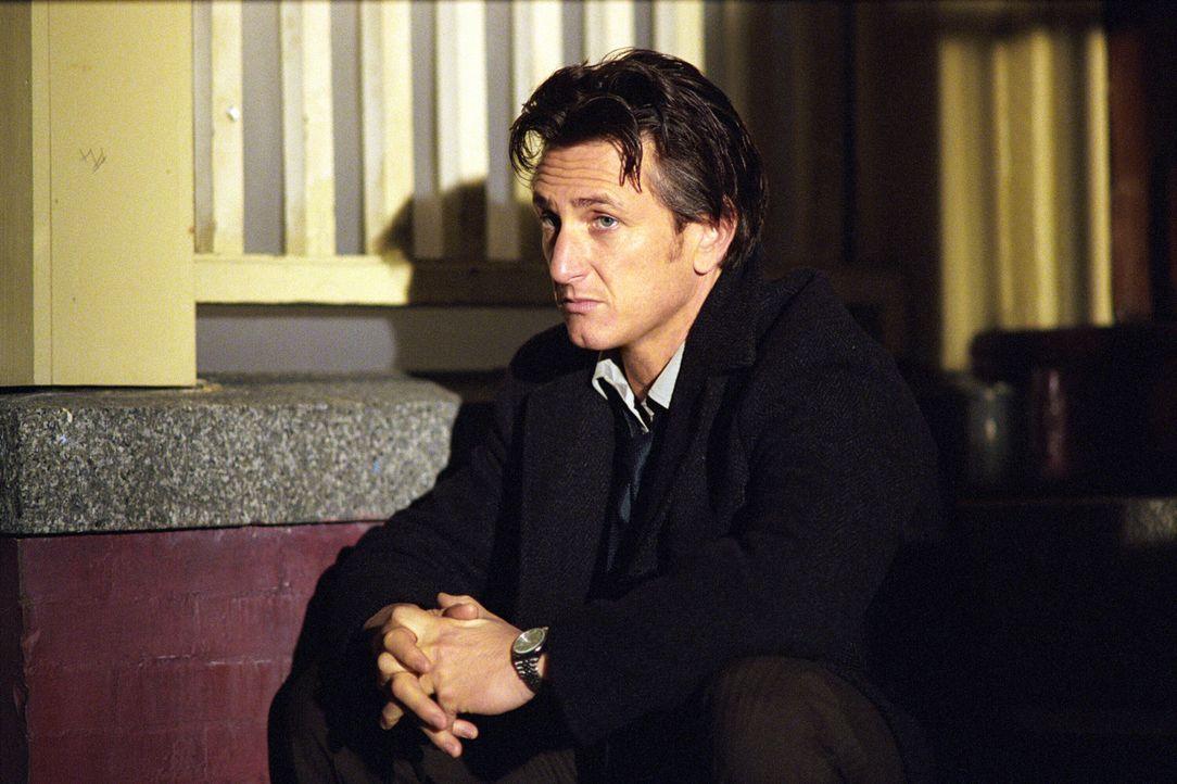 Während Jimmy (Sean Penn) dem Mörder seiner Tochter blutige Rache schwört, gerät sein Kindheitsfreund Dave ins Visier der Polizei. Dieser schein... - Bildquelle: Warner Bros. Pictures