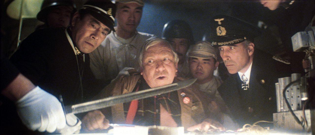 """Kommandeur Mitamura (Toshiro Mifune, l.) und Von Kleinschmidt (Christopher Lee, r.) versuchen, Hollywood als """"kriegswichtiges Potential"""" zu vernicht... - Bildquelle: Universal Pictures"""