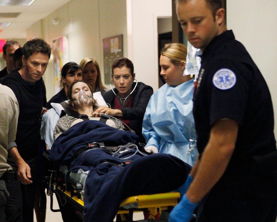 Nachdem Katie sie angegriffen hat, findet Pete (Tim Daly, l.) die schwerverletzte Violet (Amy Brenneman, liegend) in ihrer Wohnung. Er bringt sie so... - Bildquelle: ABC Studios