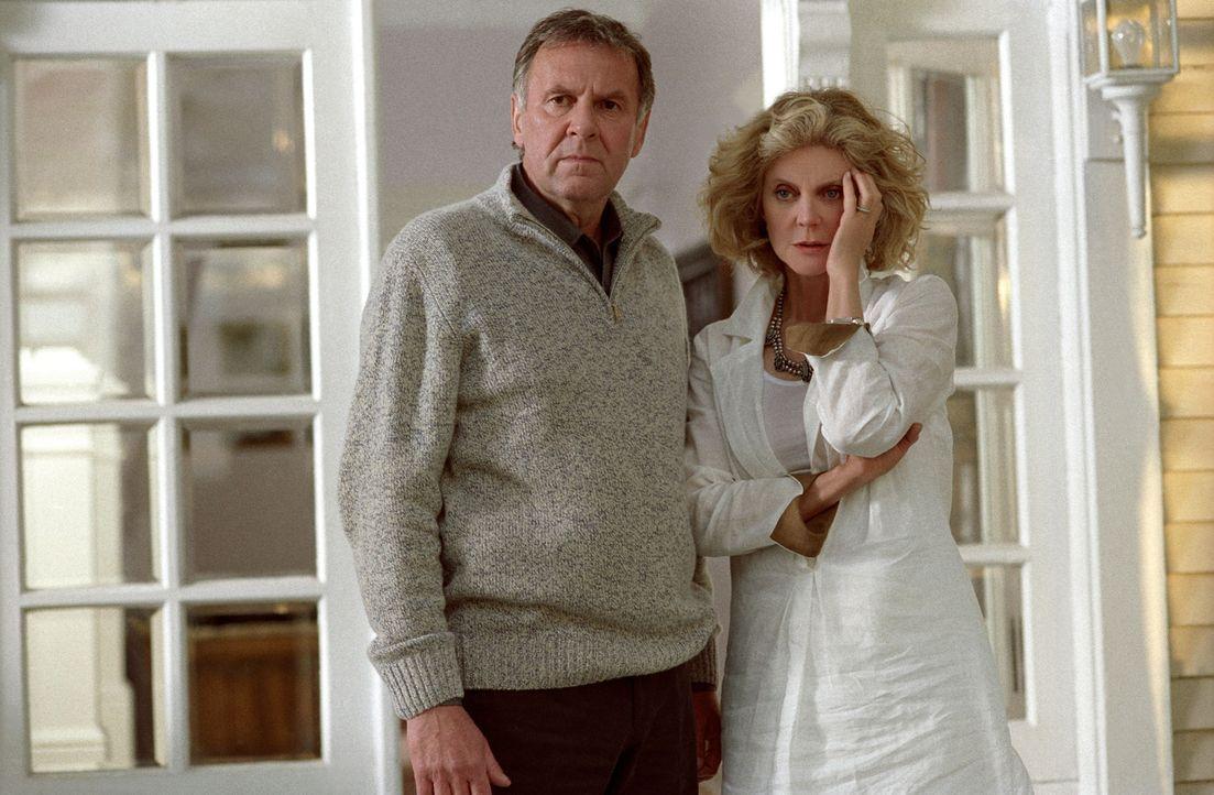 Steven (Tom Wilkinson, l.) und seine Frau Anna (Blythe Danner, r.) machen sich Sorgen um ihre unglückliche Tochter. Diese ist schwanger und weiß n... - Bildquelle: DreamWorks Pictures