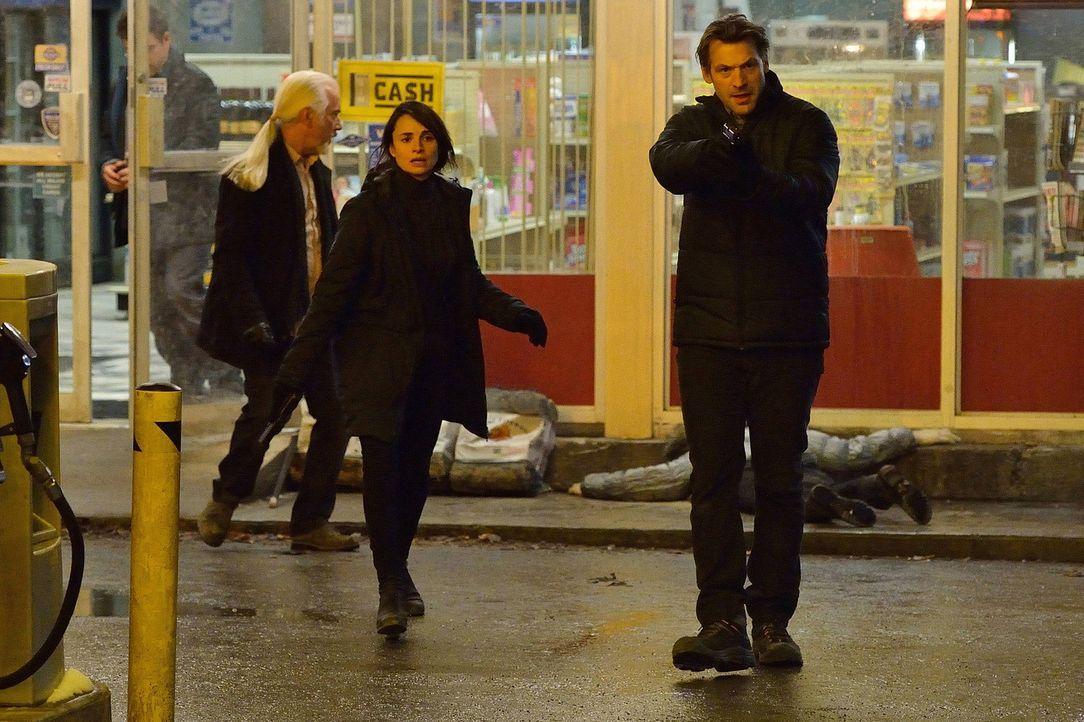 Eigentlich wollten sich Nora (Mia Maestro, M.) und Eph (Corey Stoll, r.) lediglich mit Nahrungsmittel eindecken, doch sie müssen sich eingestehen, d... - Bildquelle: 2014 Fox and its related entities. All rights reserved.