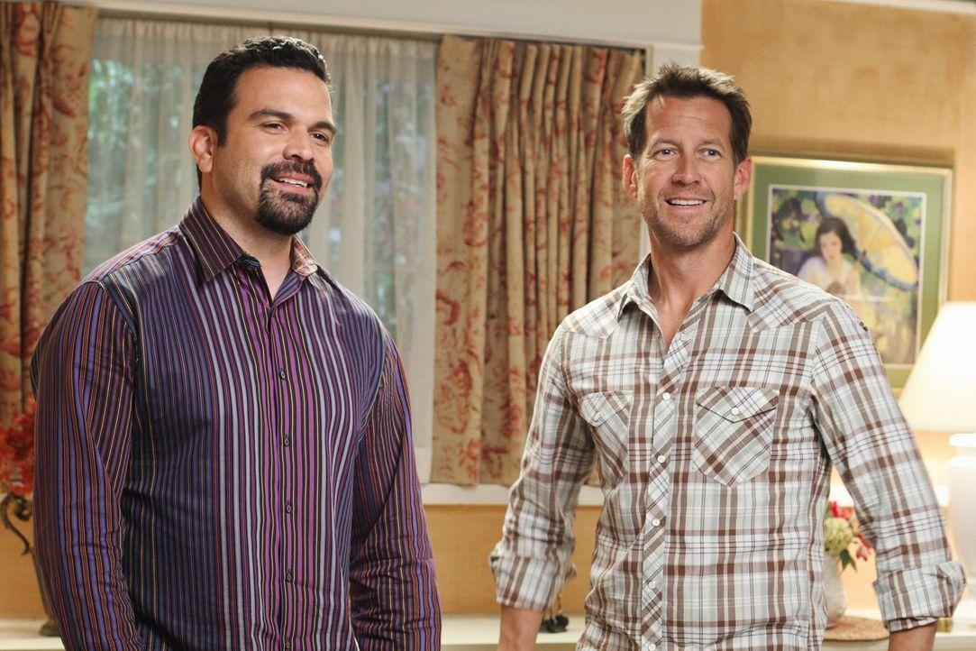 Ahnen noch nicht, was Gabrielle und Susan mit ihnen vor haben: Carlos (Ricardo Antonio Chavira, l.) und Mike (James Denton, r.) ... - Bildquelle: ABC Studios