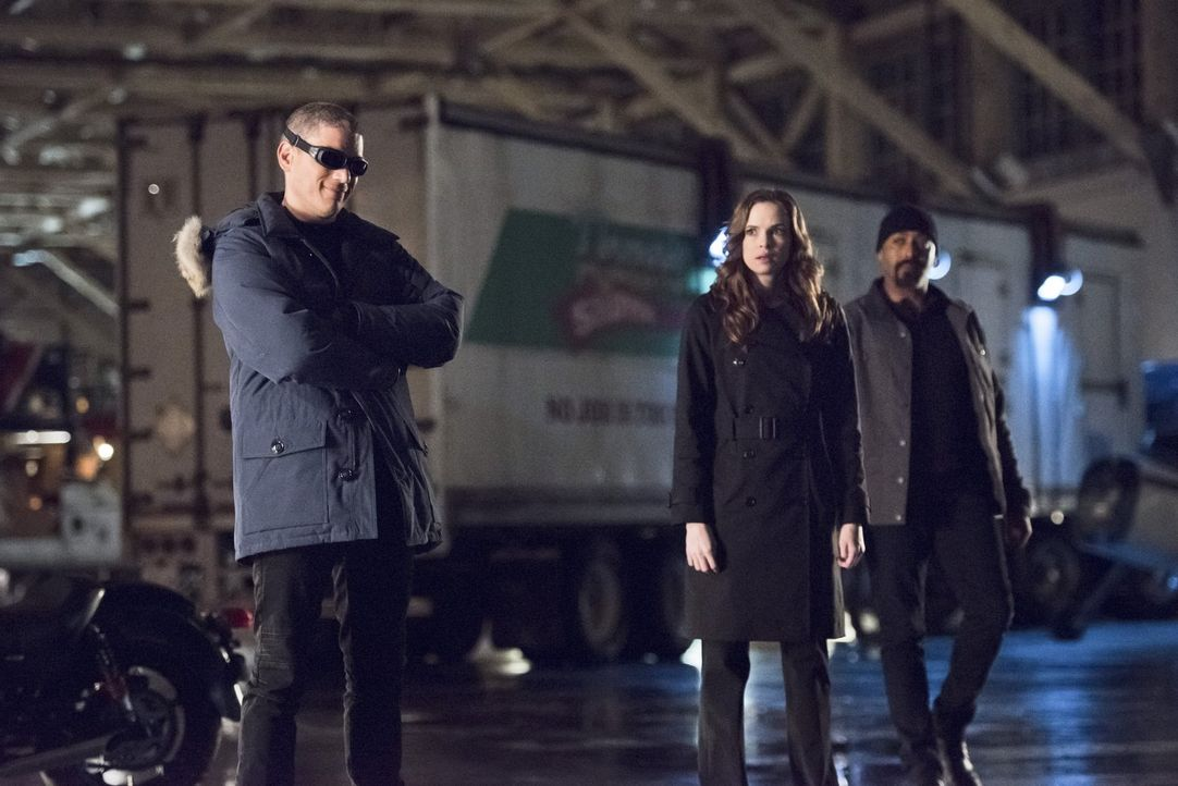 Leonard alias Captain Cold (Wentworth Miller, l.) genießt es, dass Caitlin (Danielle Panabaker, M.) und Joe (Jesse L. Martin, r.) seine Hilfe brauch... - Bildquelle: Warner Brothers.