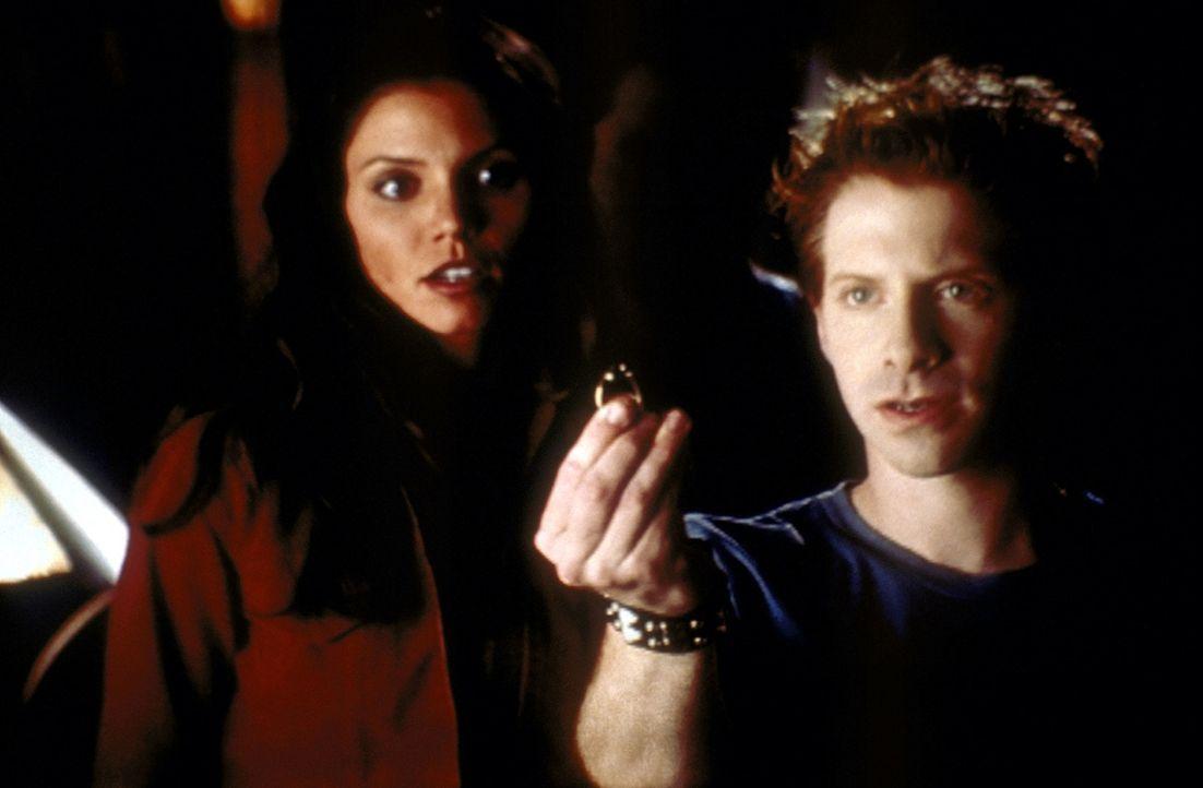 Oz (Seth Green, r.) überreicht den geheimnisvollen Ring von Amara. Cordelia (Charisma Carpenter, l.) staunt über dessen Kräfte. - Bildquelle: TM +   2000 Twentieth Century Fox Film Corporation. All Rights Reserved.