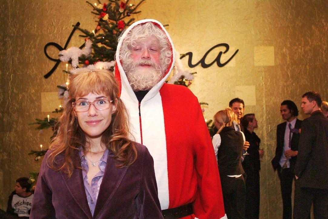 Die Weihnachtsfeier beginnt! Lisa (Alexandra Neldel, l.) und der Weihnachtsmann (Dirk Hinzberg, r.). (Dieses Foto von Alexandra Neldel darf nur in Z... - Bildquelle: Monika Schürle Sat.1