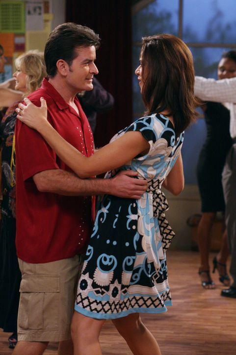 Evelyn gibt Charlie (Charlie Sheen, l.) zu bedenken, dass er einen Ehevertrag abschließen müsse. Charlie, der sich für sehr viel reicher als Chel... - Bildquelle: Warner Brothers