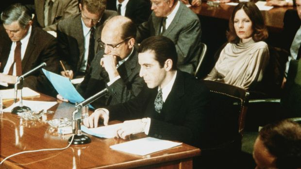 Tom Hagen (Robert Duvall, vorne 2.v.r.) und Michael (Al Pacino, r.) vor dem U...