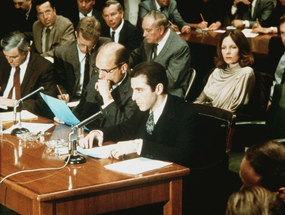 Tom Hagen (Robert Duvall, vorne 2.v.r.) und Michael (Al Pacino, r.) vor dem Untersuchungsausschuss des Senats ... - Bildquelle: Paramount Pictures