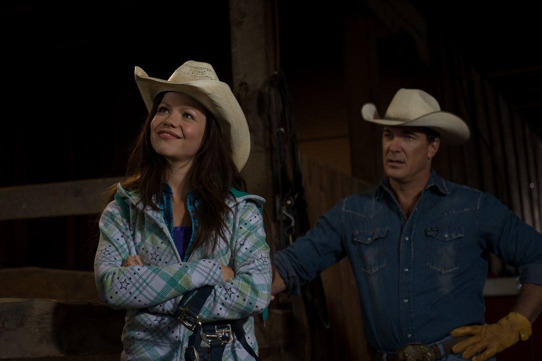 Die rebellische Carrie (Tammin Sursok, l.) muss für den ganzen Sommer aus der Großstadt zu ihrem Vater (Patrick Warburton, r.) nach Wyoming ziehen... - Bildquelle: 20Century Fox