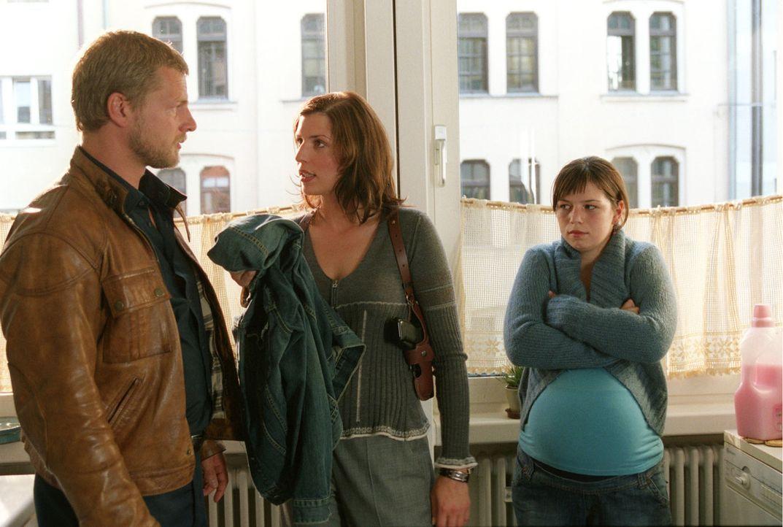 Die Wohnung von Kai Lohberg und seiner schwangeren Frau Elke (Natascha Hockwin, r.) wird durchsucht. Dabei finden Nina (Elena Uhlig, M.) und Leo (Henning Baum, l.) die Kleidung, die Kai am Tage der Tat trug.