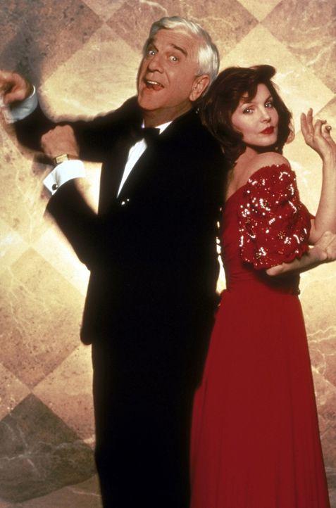 Während seiner Ermittlungen trifft Lt. Drebin (Leslie Nielsen, l.) die schöne Jane (Priscilla Presley, r.) wieder, mit der er zwei Jahre zuvor eine... - Bildquelle: United International Pictures
