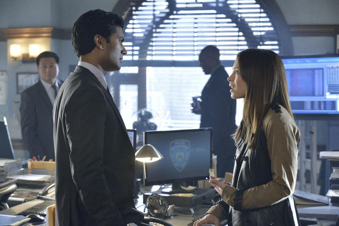Vincents dickköpfiges Verhalten gegenüber einigen lebensverändernden Auswirkungen bringt Gabe (Sendhil Ramamurthy, l.) und Cat (Kristine Kreuk, r.)... - Bildquelle: 2013 The CW Network, LLC. All rights reserved.