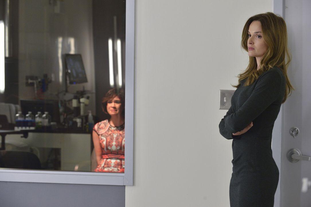 Hinter Juliannas (Gloria Votsis, r.) miesmutiger Fassade steckt ein düsteres Geheimnis. Heather (Nicole Gale Anderson, l.) ist schockiert ... - Bildquelle: Ben Mark Holzberg 2015 The CW Network, LLC. All rights reserved.