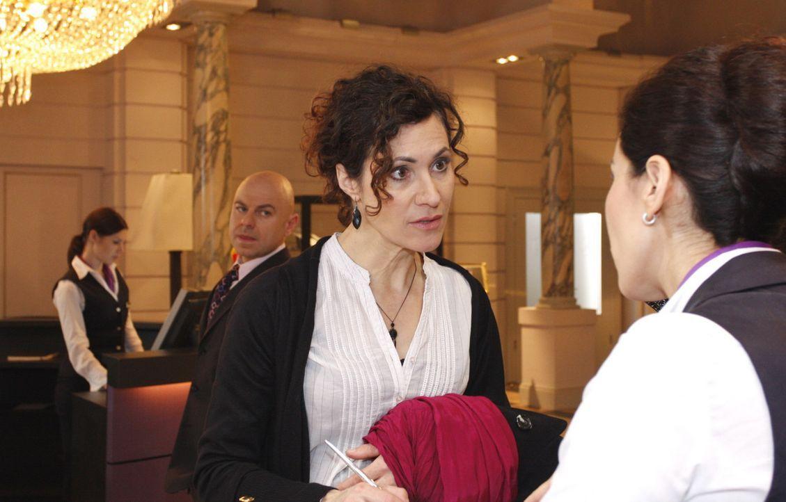 """Oliver (Prodromos Antoniadis, 2.v.l.) ist alarmiert, als Pilar Pilar Mendez (Justine Hirschfeld, 2.v.r.) aus dem """"Aden"""" auscheckt ... - Bildquelle: SAT.1"""