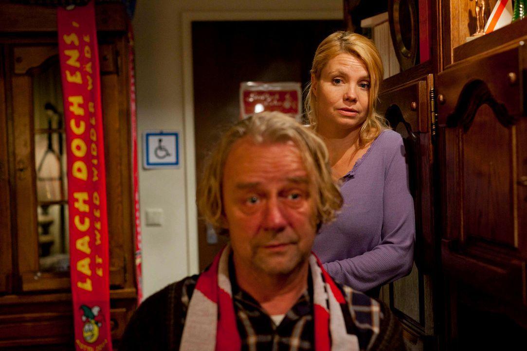 Nachdem sich Danni (Annette Frier, r.) weder für Sven noch für Oliver entschieden hat, macht sich Kurt (Axel Siefer, l.) Sorgen um sie ... - Bildquelle: Frank Dicks SAT.1