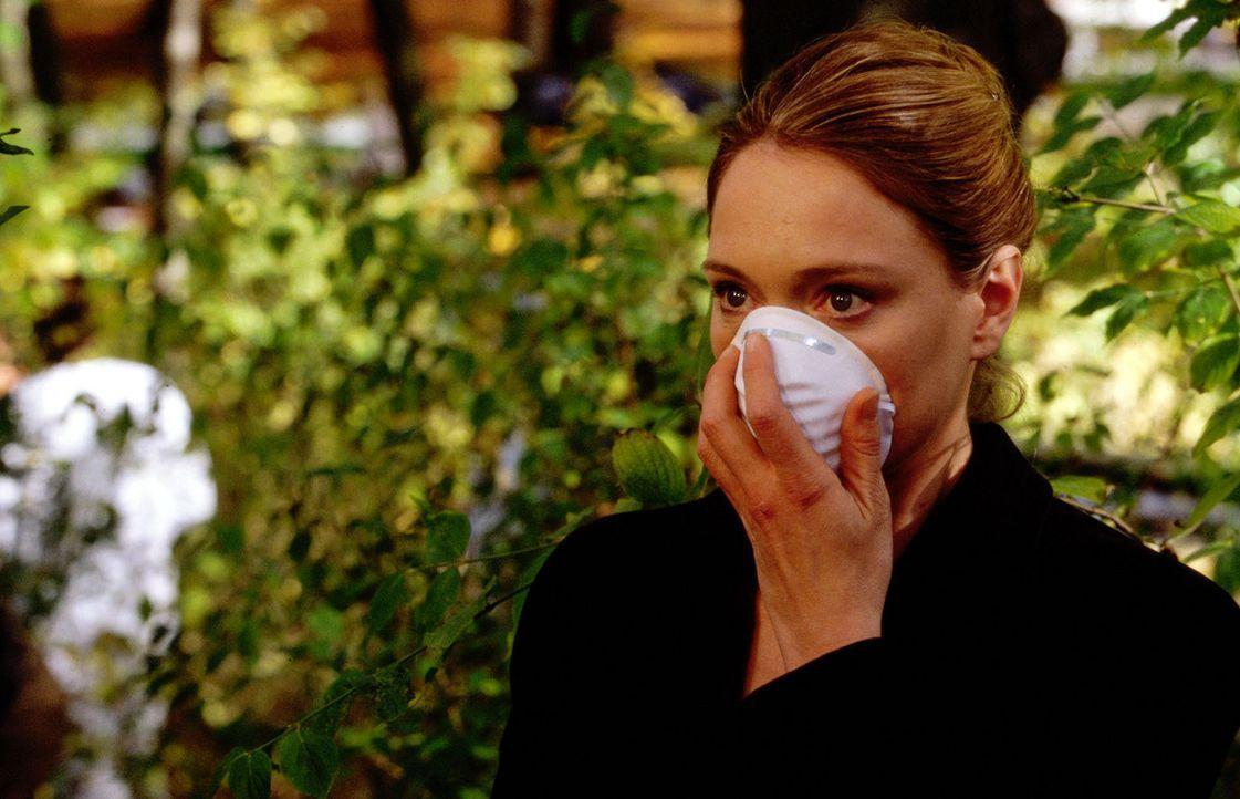 """Die junge Anwältin Daniela Mauriac (Katja Weitzenböck) kann es kaum ertragen, was sie am Fundort der Leiche vorfindet: Der Serienkiller """"Amor"""" durch... - Bildquelle: Erika Hauri SAT.1"""