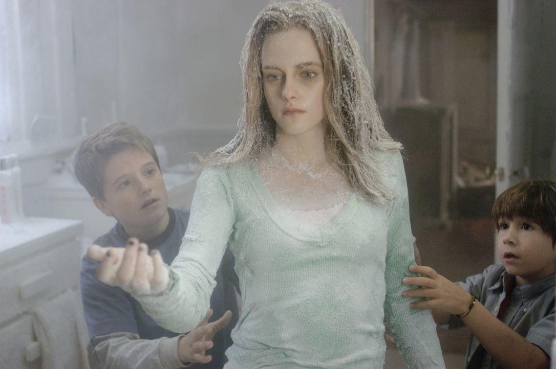 Die beiden Brüder Danny (Jonah Bobo, r.) und Walter (Josh Hutcherson, l.) können nicht glauben, dass ihre Schwester Lisa (Kristen Stewart, M.) ein... - Bildquelle: Sony Pictures Television International. All Rights Reserved.