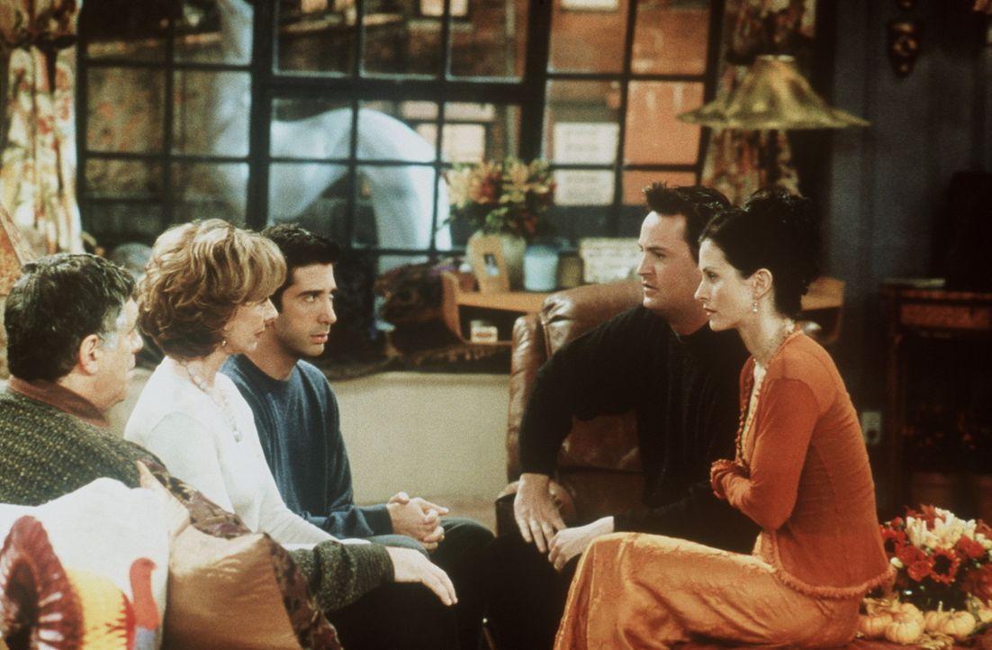 Monica (Courteney Cox, r.) will ihren Eltern Jack (Elliott Gould, l.) und Judy (Christina Pickles, 2.v.l.) schonend beibringen, dass sie mit Chandle... - Bildquelle: TM+  2000 WARNER BROS.