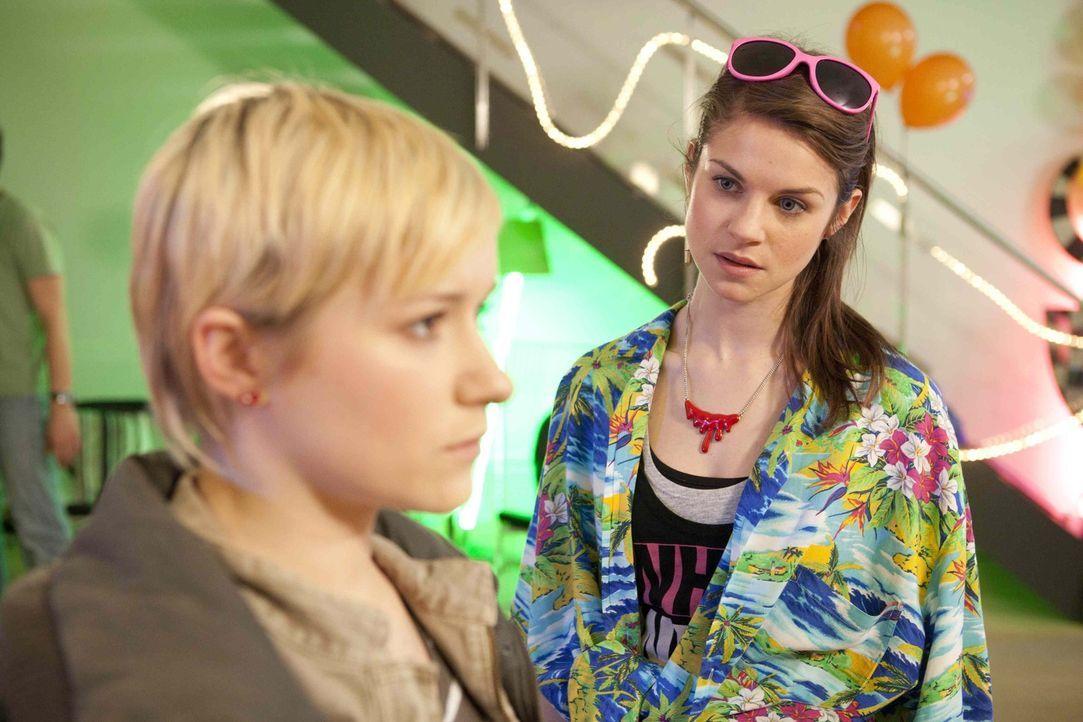 Emma (Kasia Borek, l.) kränkt Jenny (Lucy Scherer, r.), als sie zugibt, nicht wegen ihr gekommen zu seinen ... - Bildquelle: SAT.1