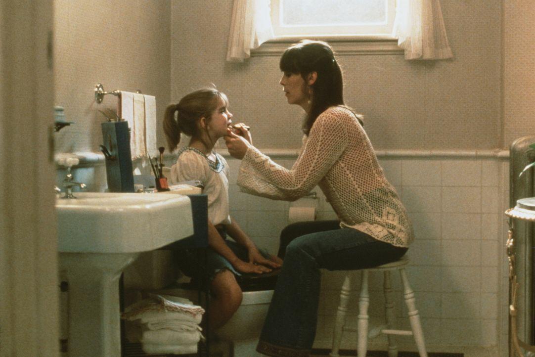 """Die kleine Vada (Anna Chlumsky, l.), die ohne Mutter aufwächst, findet bei allen """"weiblichen"""" Problemen Hilfe bei der netten Shelly (Jamie Lee Curti... - Bildquelle: Columbia Pictures"""