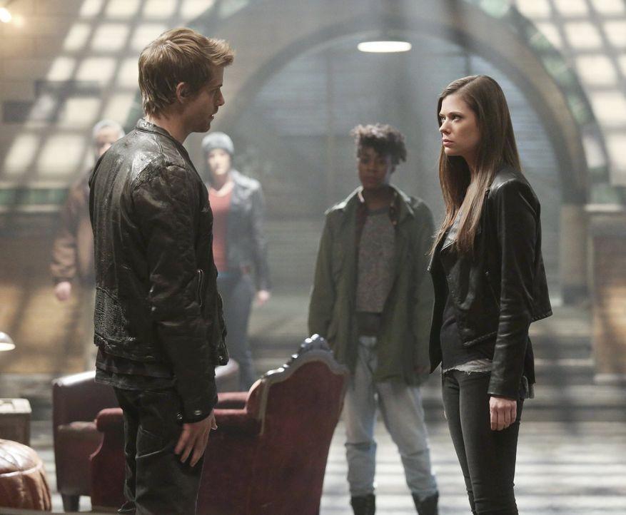 Die Beziehung zwischen Cara (Peyton List, r.) und John (Luke Mitchell, l.) ist mehr als angespannt ... - Bildquelle: Warner Bros. Entertainment, Inc