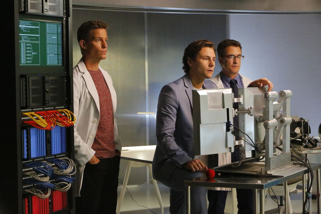 Wie werden Scott (Ward Horton, l.) und Walter (Dermot Mulroney, r.) reagieren, als James (Augustus Prew, M.) eine Behandlungsmethode für seine ehema... - Bildquelle: Bill Inoshita 2016 CBS Broadcasting, Inc. All Rights Reserved