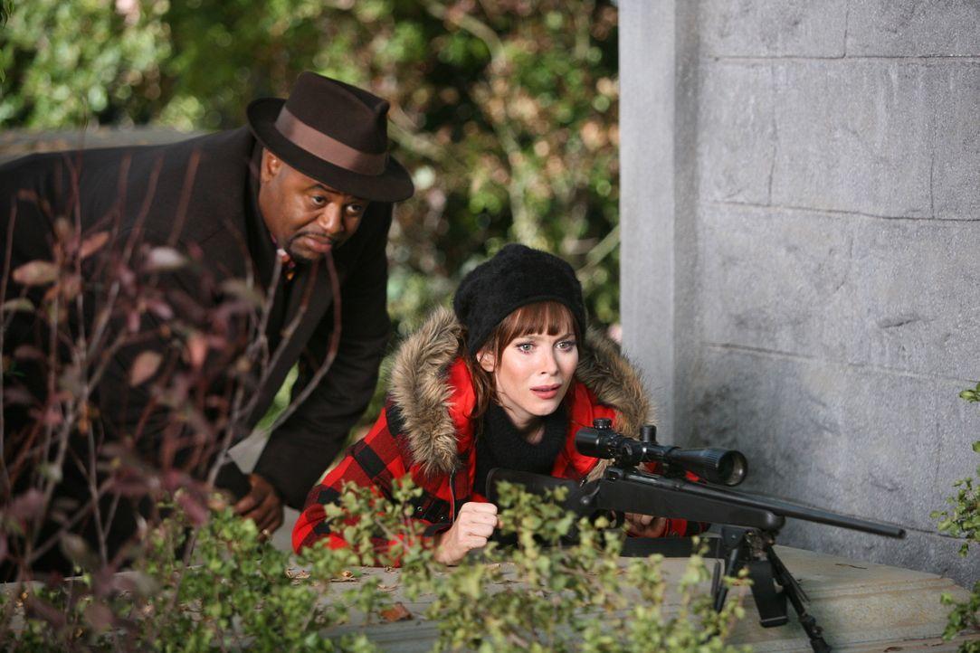 Chuck (Anna Friel, r.) benötigt die Hilfe von Emerson Cod (Chi McBride,l.). Denn, um ihren Vater am Leben zu halten, musste jemand anderes sein Leb... - Bildquelle: Warner Brothers