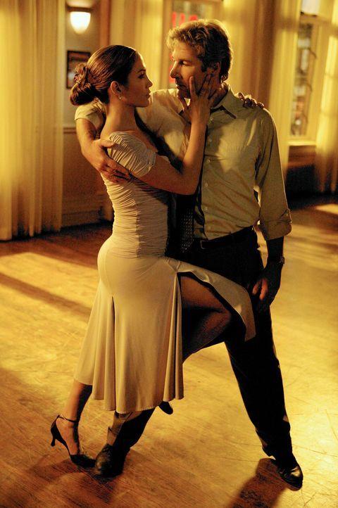 Anwalt John Clark (Richard Gere, r.) ist die Lebensfreude abhanden gekommen. Deshalb meldet er sich in einem Tanzstudio an und blüht dank Wiegeschri... - Bildquelle: Buena Vista International Television