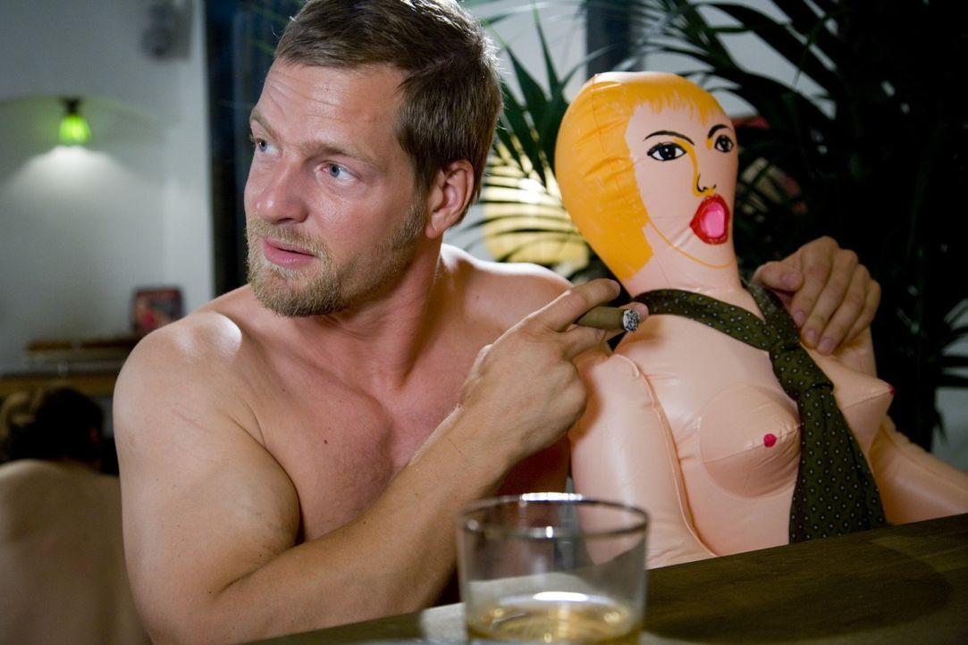 Erst spät wird Martin (Henning Baum) klar, dass nichts und niemand seine Ehefrau ersetzen kann ... - Bildquelle: SAT.1