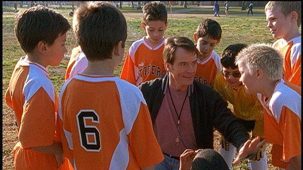 Hal (Bryan Cranston, M.) beschließt, Trainer von Deweys Fußballmannschaft zu...