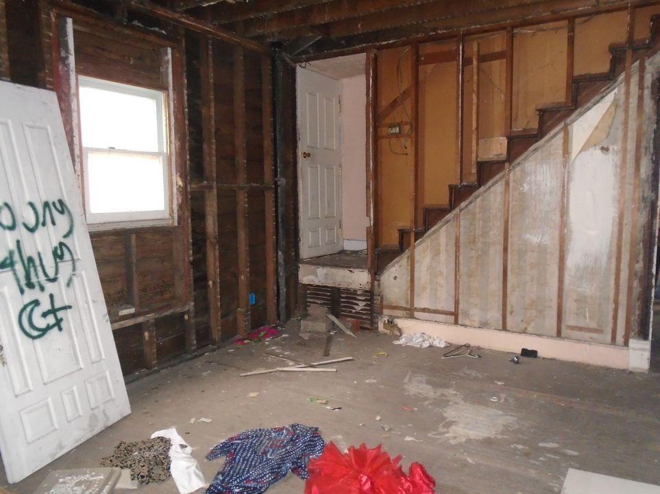 Im Keller steht schmutziges Wasser und im Haus liegen überall Klamotten verteilt - die Renovierung ist nichts für schwache Nerven ... - Bildquelle: 2017,HGTV/Scripps Networks, LLC. All Rights Reserved