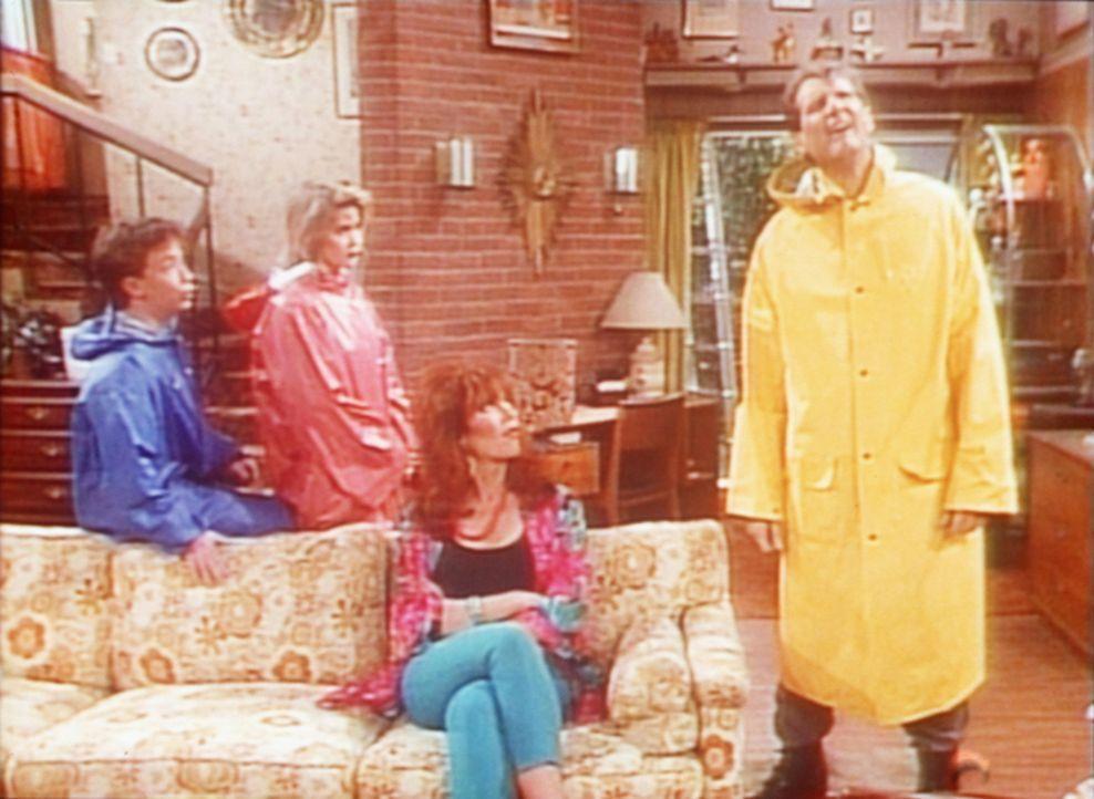 (v.l.n.r.) Bud (David Faustino), Kelly (Christina Applegate) und Peggy (Katey Sagal) versuchen Al (Ed O'Neill) davon abzuhalten, das Hausdach zu rep... - Bildquelle: Sony Pictures Television International. All Rights Reserved.