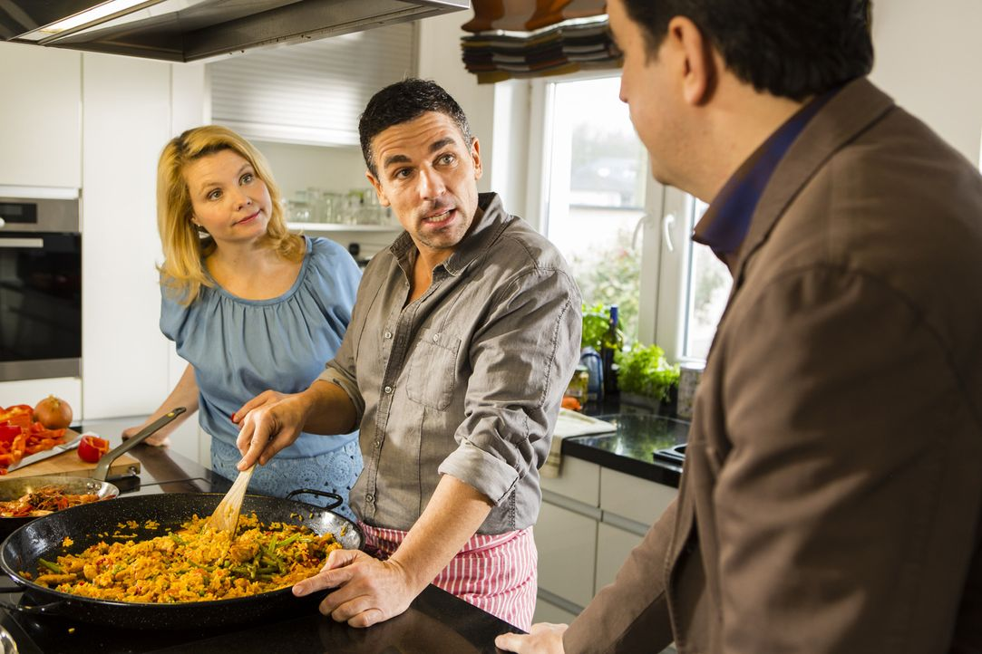 Annette (Annette Frier, l.) und Rico (Roberto Guerra, M.) sind gerade beim Kochen, als Bastian (Bastian Pastewka, r.) überraschend auftaucht, um Ann... - Bildquelle: Frank Dicks SAT.1