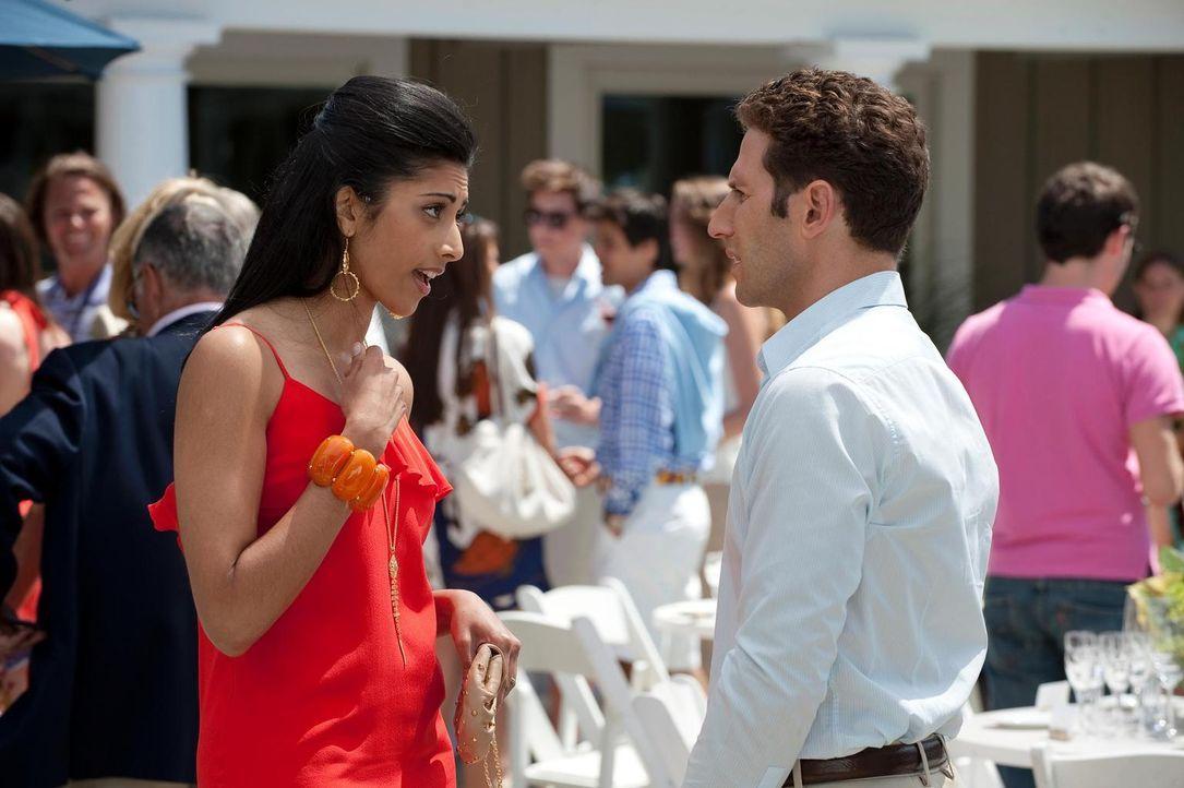 Divya Katdare (Reshma Shetty, l.) versteht die Welt nicht mehr. Wie kommt Dr. Hank Lawson (Mark Feuerstein, r.) darauf, sie sei schwanger? - Bildquelle: Universal Studios