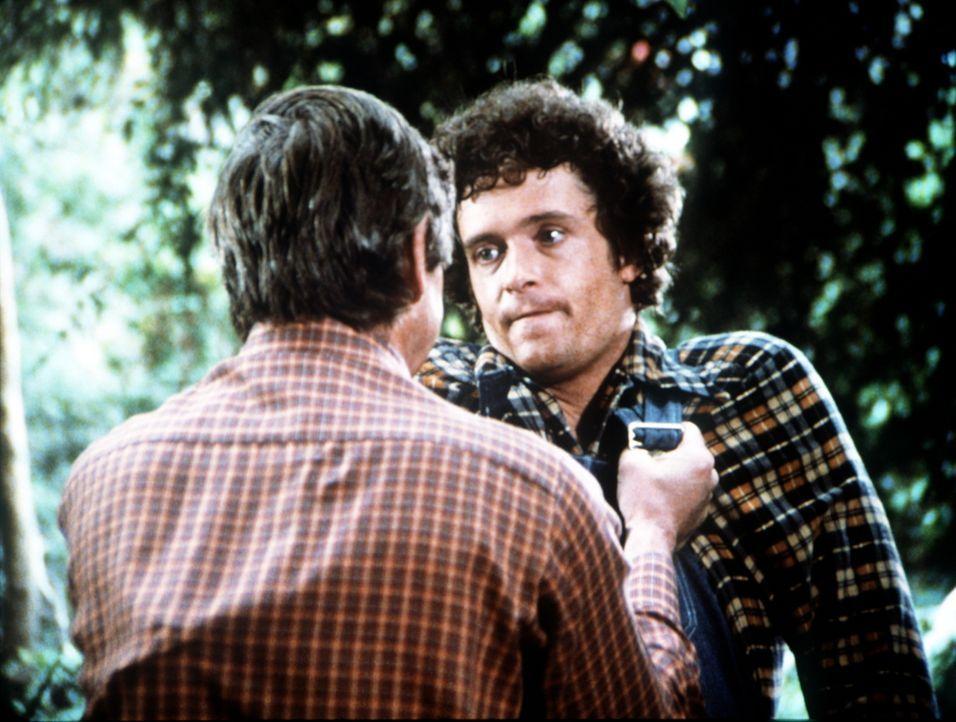 Wütend stellt John Walton (Ralph Waite, l.) den Herumtreiber Son Slater (Jordan Clarke, r.) zur Rede, der die junge Darcy vergewaltigt hat. - Bildquelle: WARNER BROS. INTERNATIONAL TELEVISION