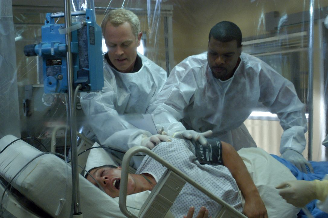 Noch haben Dr. Stephen Connor (Neal McDonough, l.) und Frank Powell (Troy Winbush, r.) keine Lösung für Richard Hendersons (Marshall Cook, liegend... - Bildquelle: CBS Television
