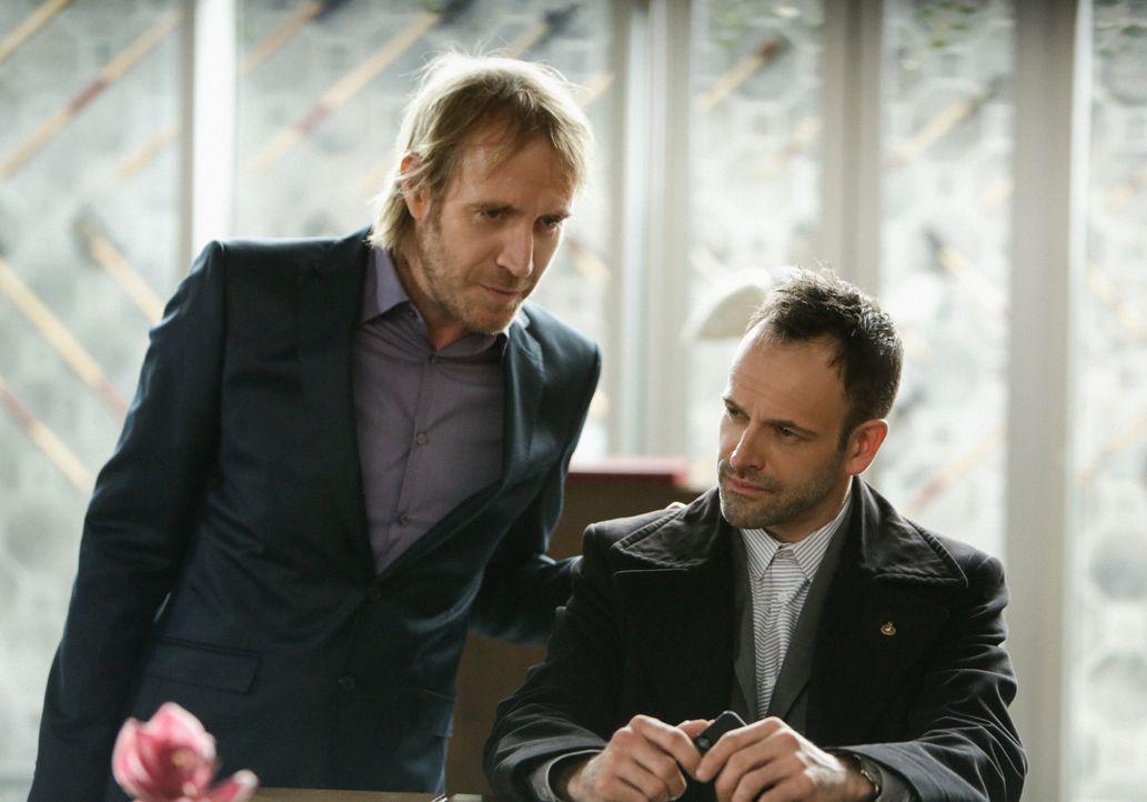Gespräche über alte Zeiten: Sherlock (Jonny Lee Miller, r.) und sein Bruder Mycroft (Rhys Ifans, l.) ... - Bildquelle: CBS Television