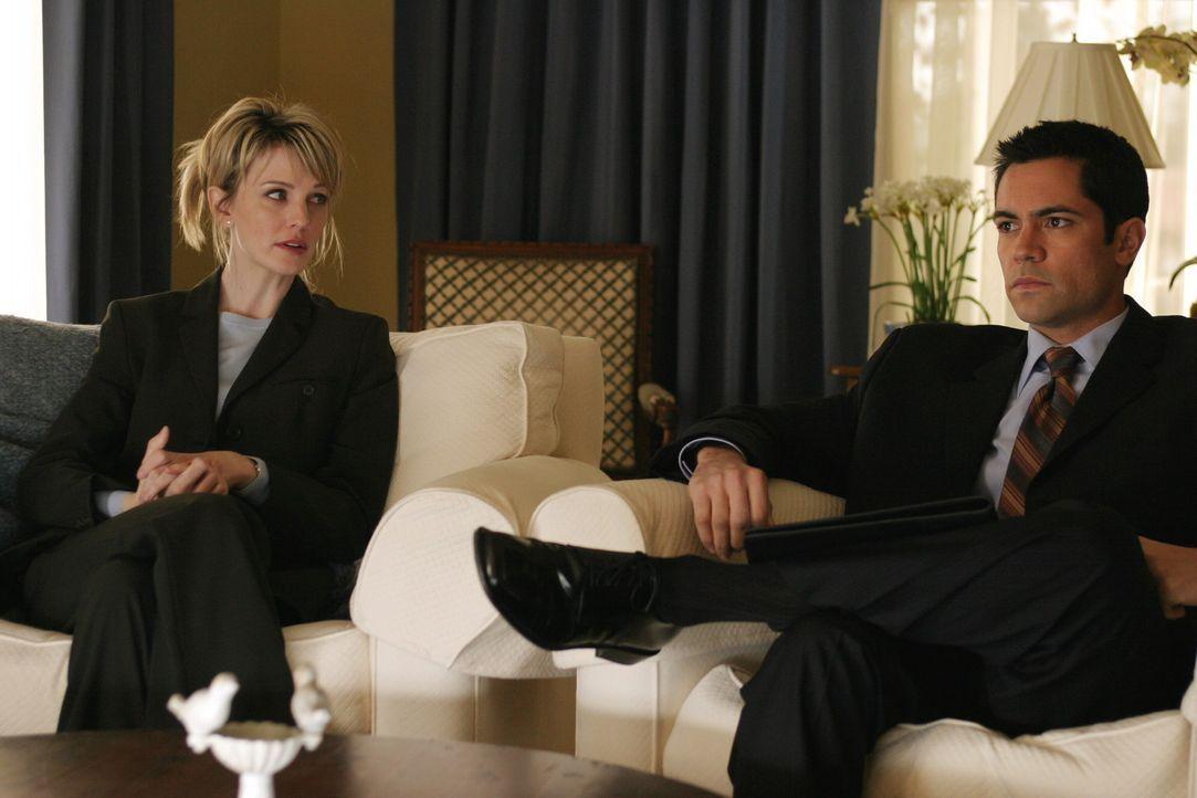 Auf der Suche nach der Wahrheit: Det. Lilly Rush (Kathryn Morris, l.) und Det. Scott Valens (Danny Pino, r.) fühlen einem Verdächtigen auf den Zah... - Bildquelle: Warner Bros. Television