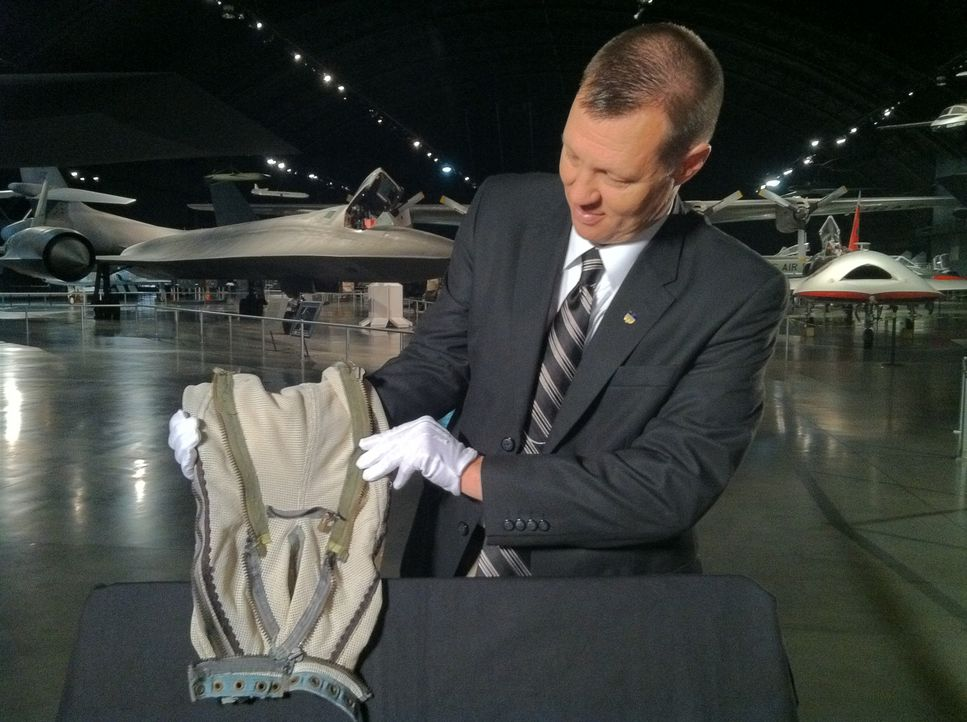 Ein Affe im Weltall: Ein Mitarbeiter des National Museums der US Air Force in Dayton zeigt einen Raumanzug in Minigröße - konzipiert für einen unkon... - Bildquelle: The Travel Channel, L.L.C. All Rights reserved.