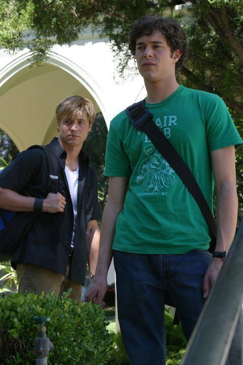 Versuchen Marissa aus dem Krankenhaus zu schmuggeln: Seth (Adam Brody, r.) und Ryan (Benjamin MvKenzie, l.) - Bildquelle: Warner Bros. Television