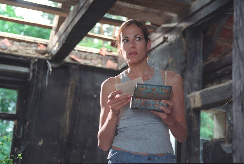Bei den Aufräumarbeiten in ihrem baufälligen Haus stößt Johanna (Bettina Zimmermann) auf geheimnisvolle Spuren aus der Vergangenheit ... - Bildquelle: Stefan Erhard Sat.1