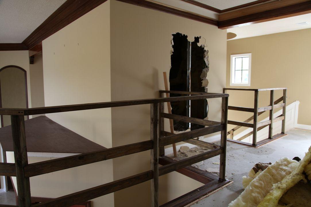 Im oberen Stockwerk entdecken Vanilla Ice und sein Bauteam ein verstecktes Zimmer und verwandeln es in einen außergewöhnlichen Raum ... - Bildquelle: 2010, DIY Network/Scripps Networks, LLC.  All Rights Reserved