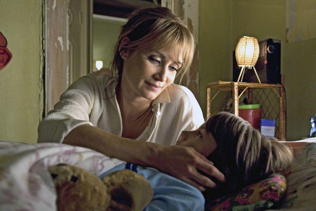 Katja (Anja Kling, l.) bringt Sven (Lino Sliskovic, r.) ins Bett, bevor sie am nächsten Morgen nach Ungarn in die Ferien fahren. - Bildquelle: Dirk Plamböck Sat.1