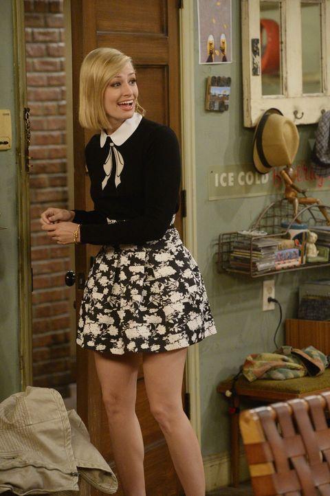 Strengt sich überaus an, um neue Freundschaften zu schließen: Caroline (Beth Behrs) ... - Bildquelle: 2015 Warner Brothers