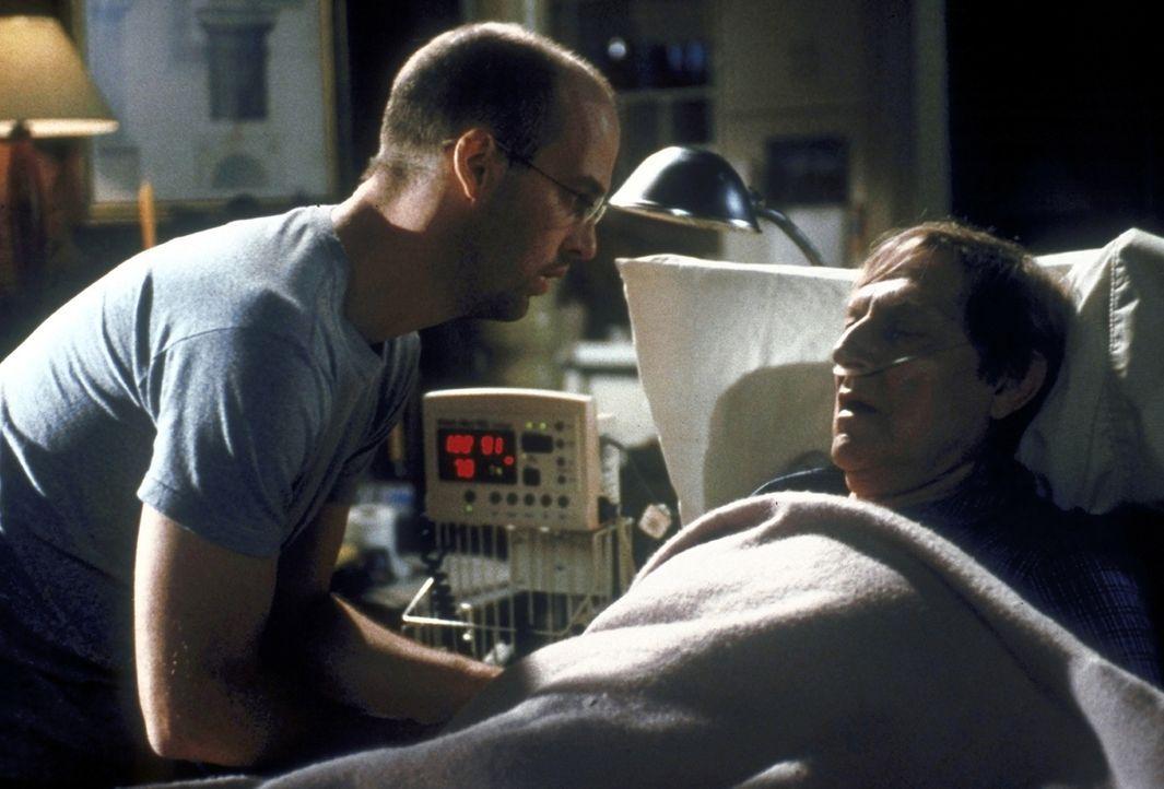 Greene (Anthony Edwards, l.) verabschiedet sich von seinem sterbenden Vater David (John Cullum, r.). - Bildquelle: TM+  2000 WARNER BROS.